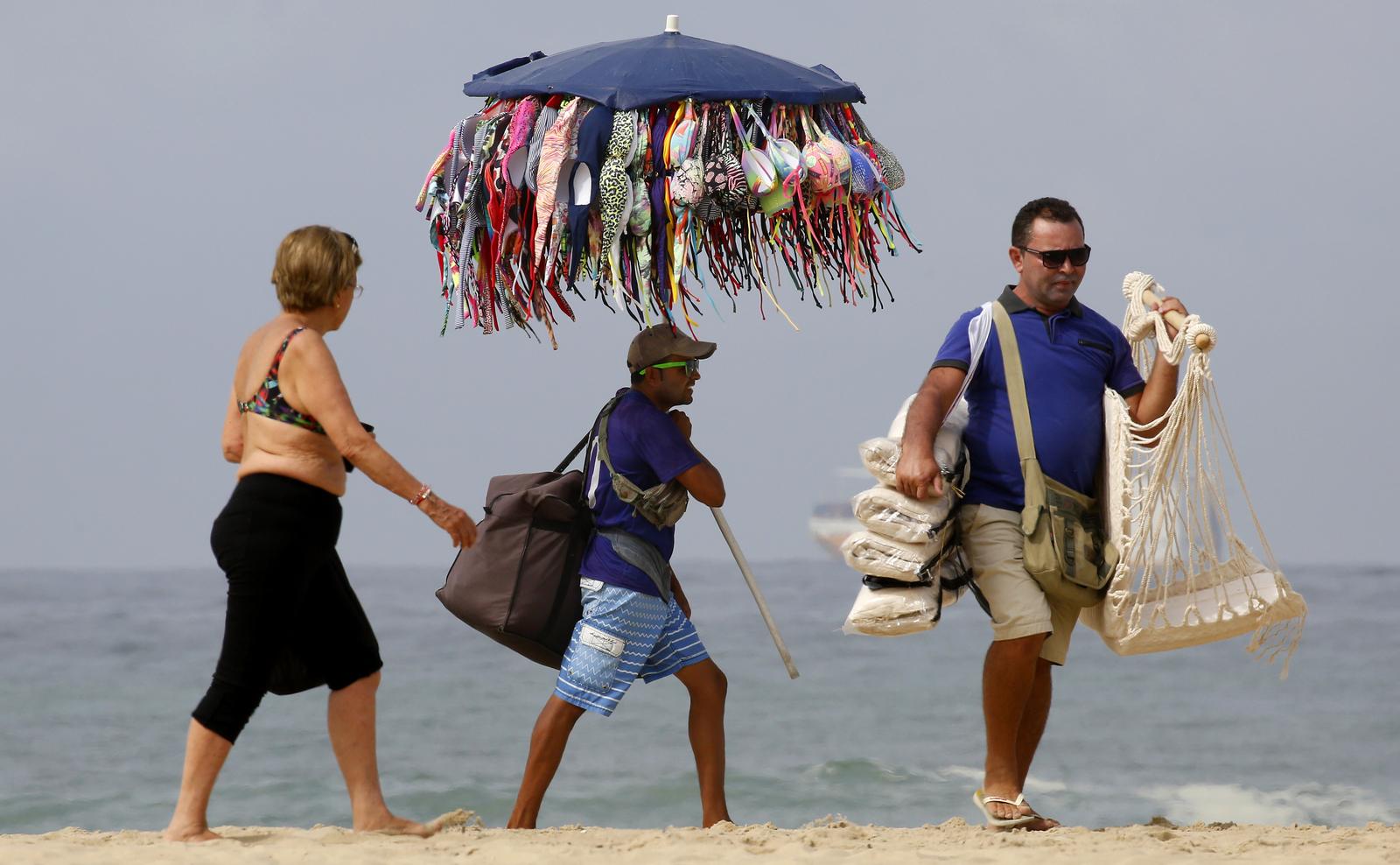 Гостям Олимпиады совсем не обязательно везти купальники с собой, их можно приобрести прямо на пляже