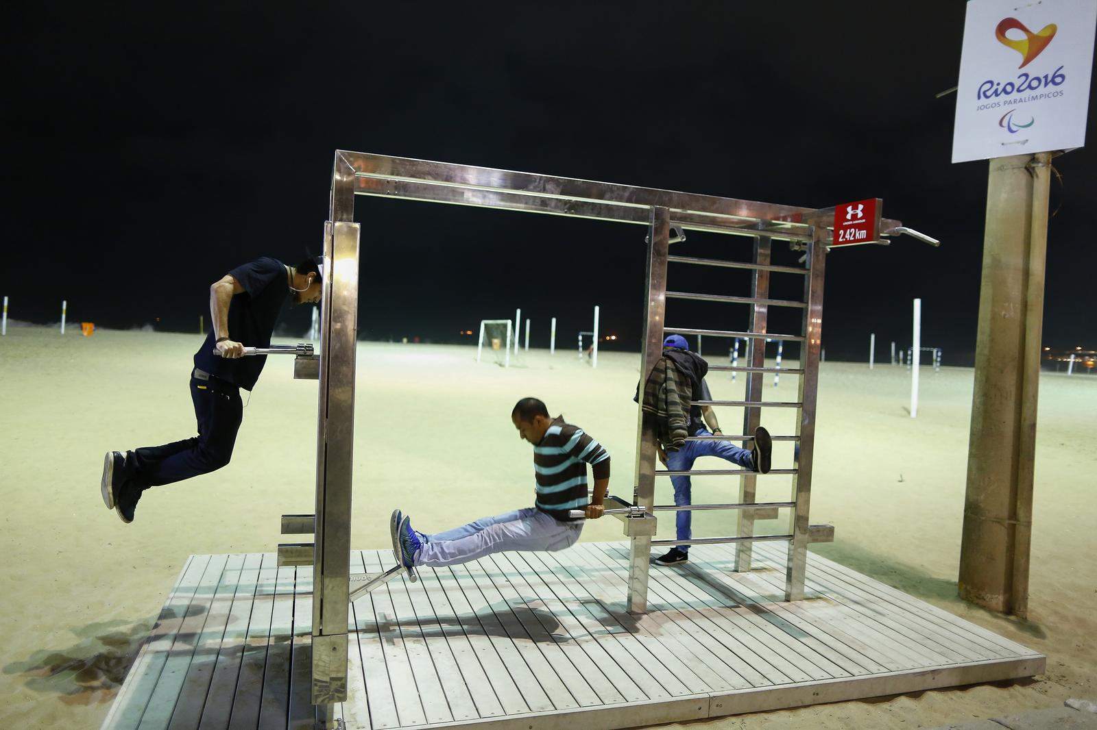 На пляжах Копокабаны публика развлекается круглые сутки