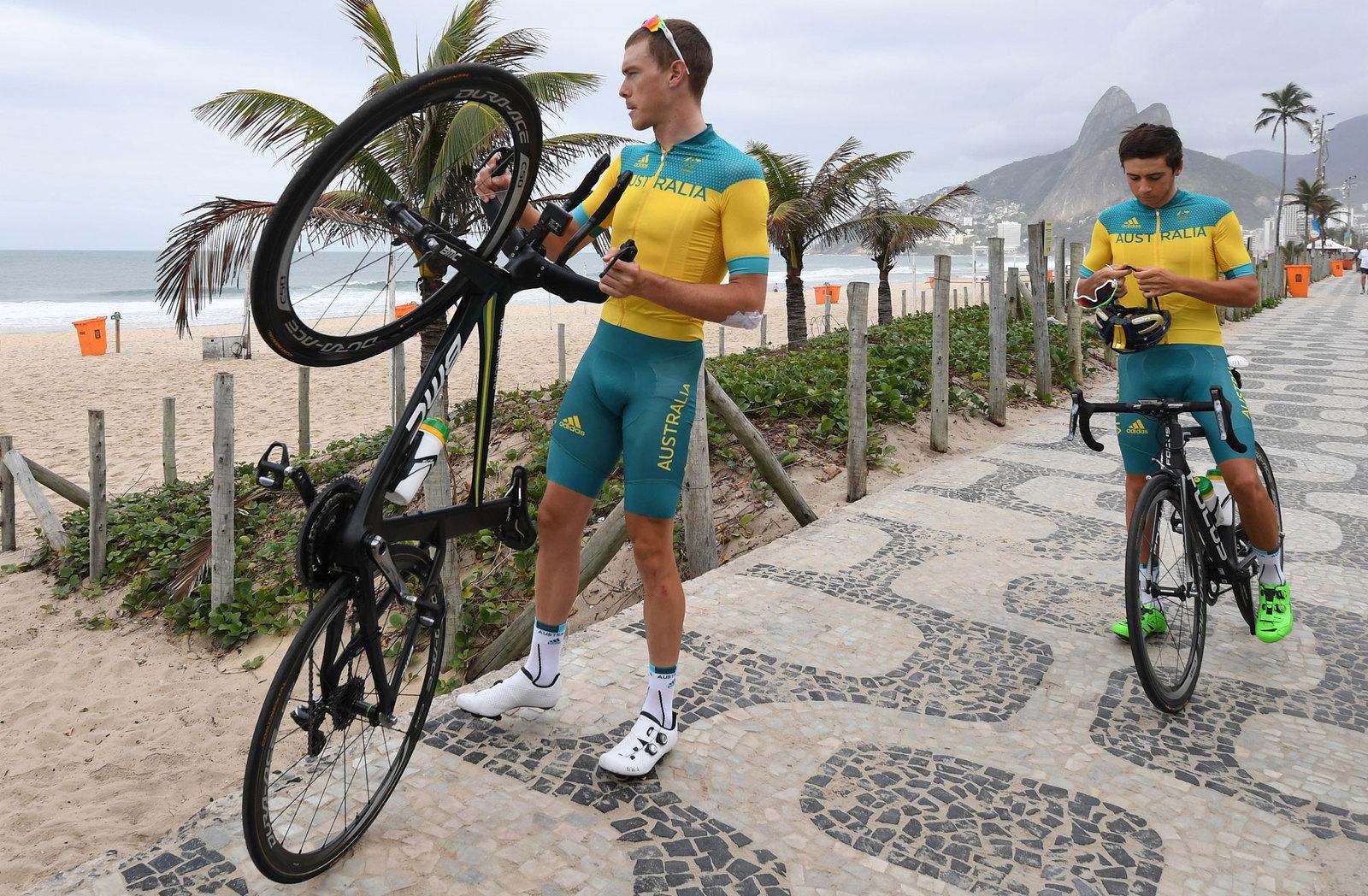 Австралийские велосипедисты во время тренировок знакомятся с набережной в Рио