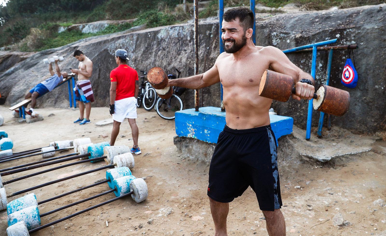 Некоторые бразильцы предпочитают заниматься в импровизированных тренажерных залах под открытым небом