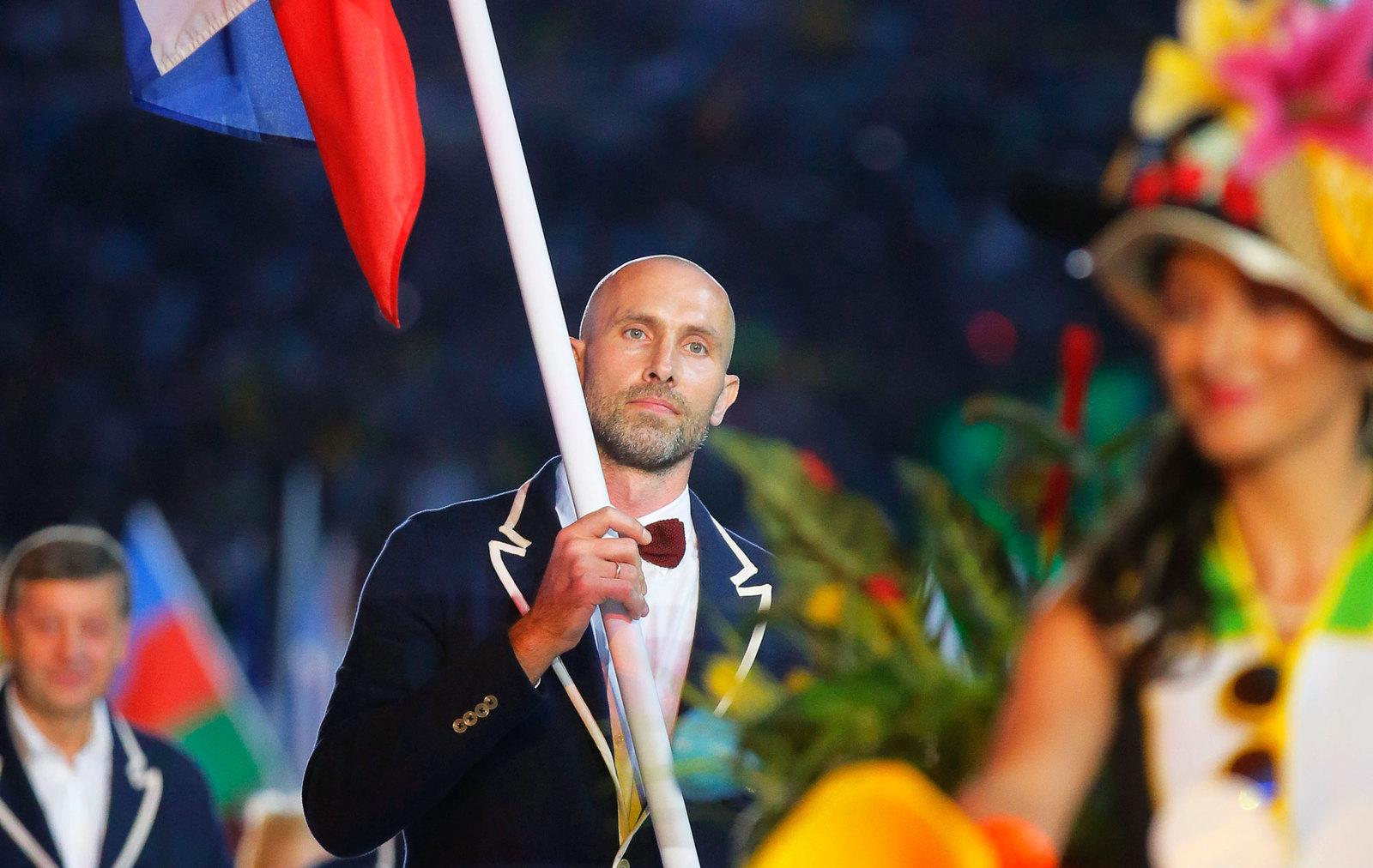 Знаменосец российской сборной - олимпийский чемпион по волейболу Сергей Тетюхин