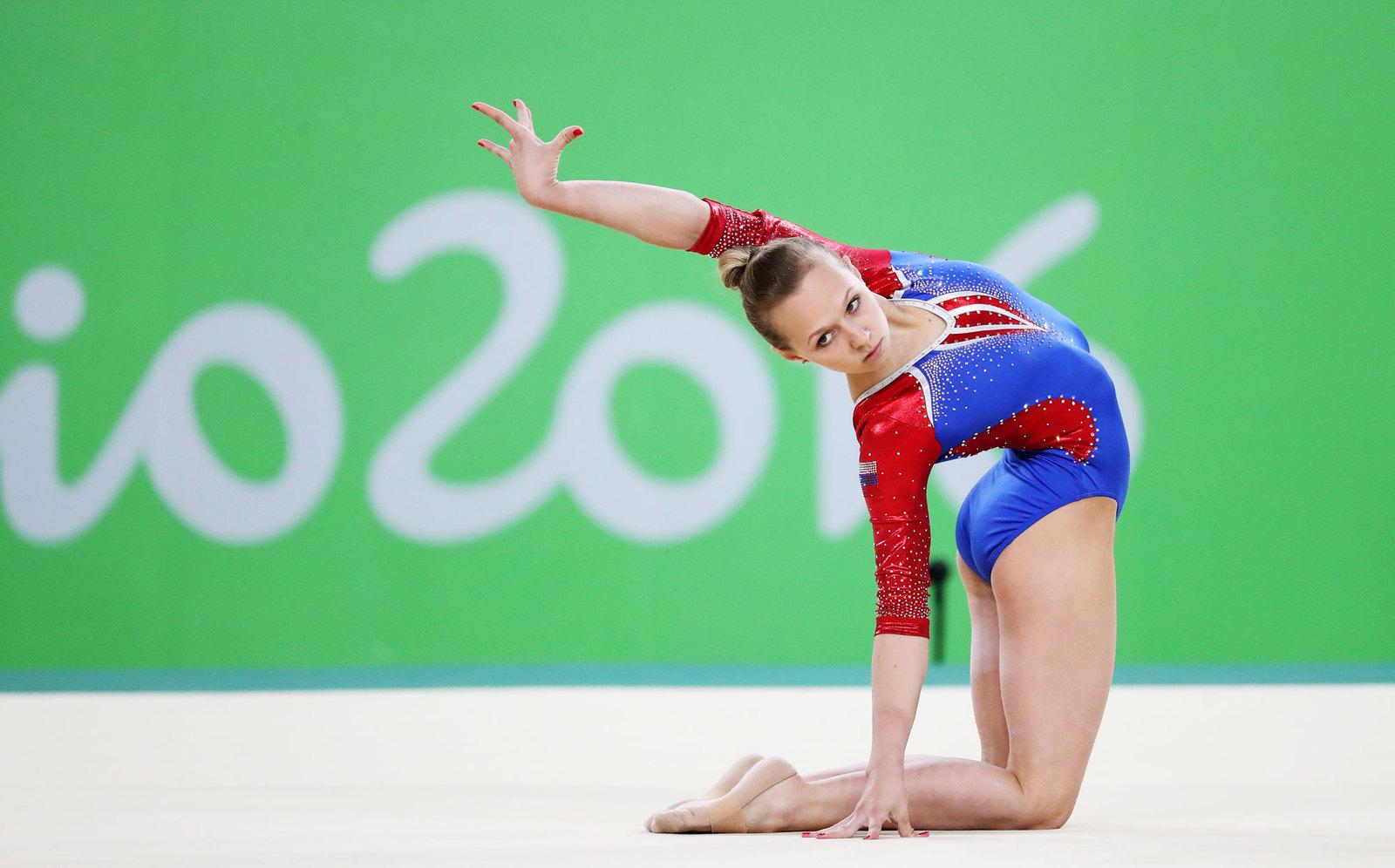 Гимнастка Дарья Спиридонова во время квалификационного выступления