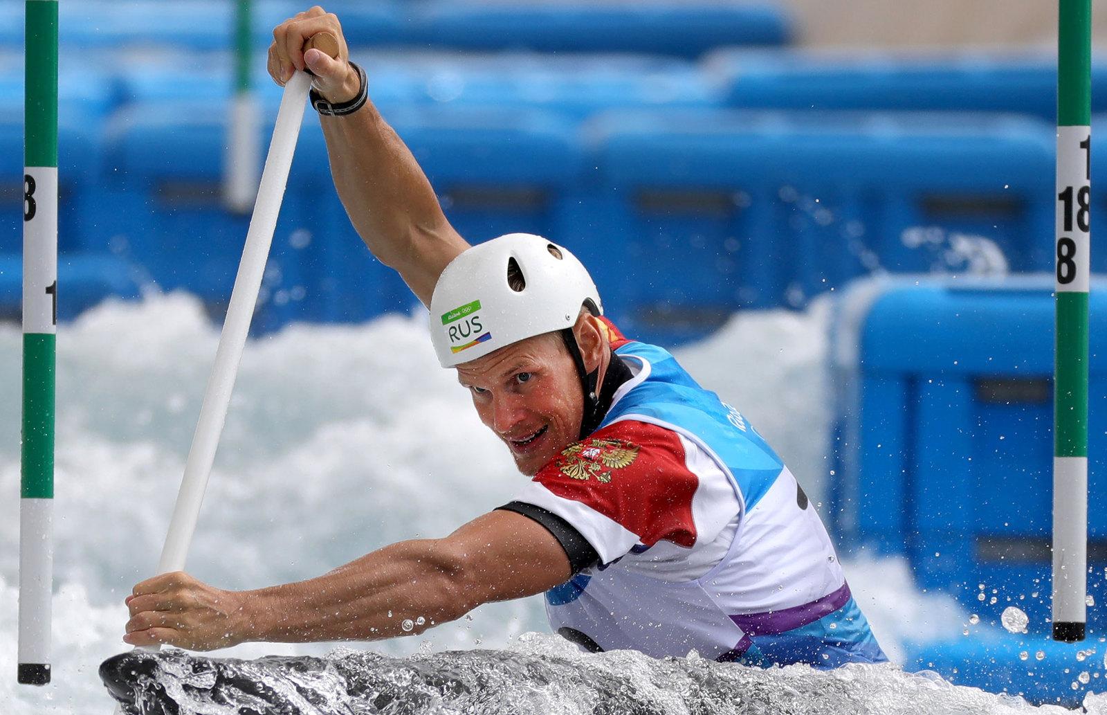 Россиянин Александр Липатов во время прохождения гребного слалома