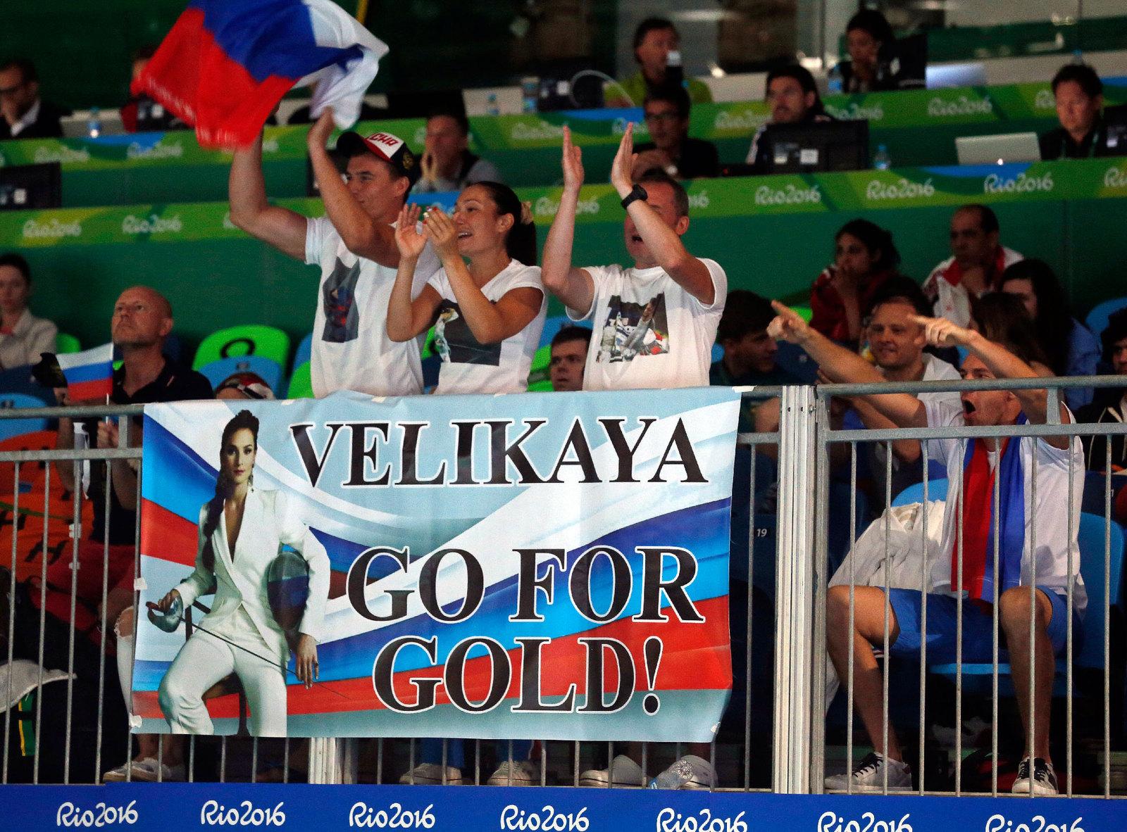 Российские поклонники фехтовани поддерживают на трибунах Софью Великую