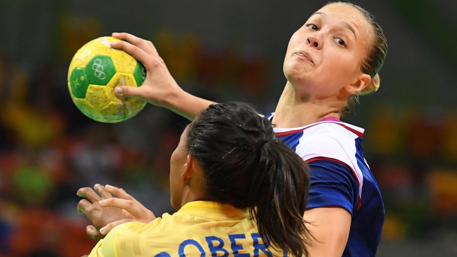 Российская гандболистка Дарья Дмитриева в атаке на ворота сборной Швеции в олимпийском турнире