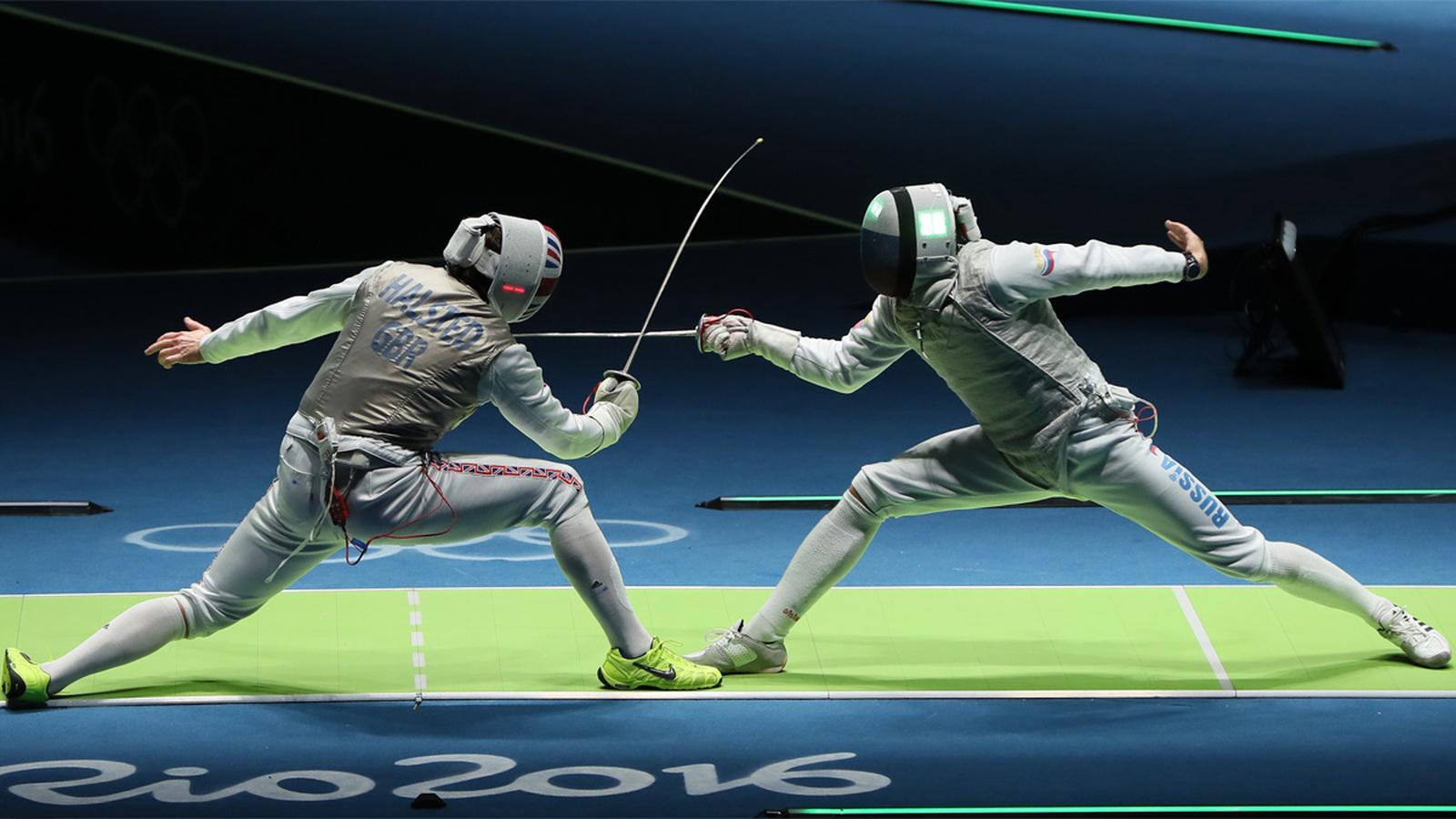 Россиянин Алексей Черемисинов (справа) в бою командного турнира рапиристов