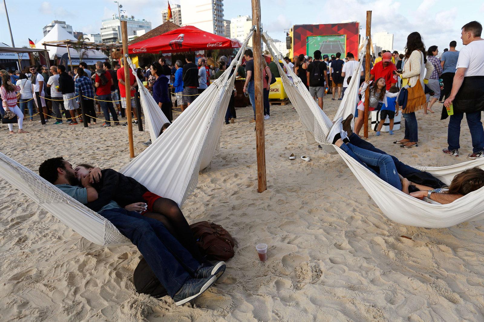 Фан-злна на пляже оборудована удобными гамаками