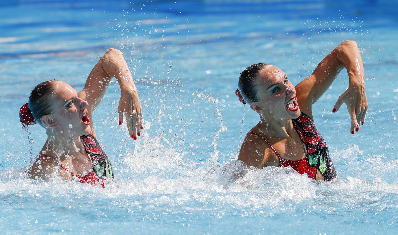 Наталья Ищенко и Светлана Омашина во время выступления на соревнованиях по синхронному плаванию