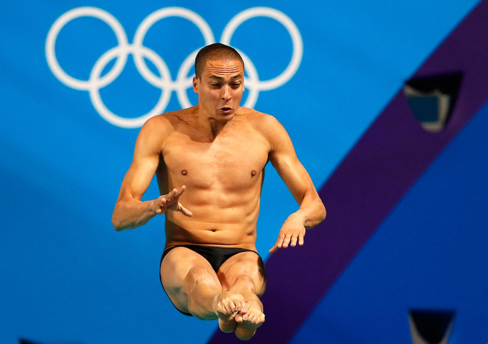 Бразилец Цезарь Кастро во время прыжка в воду