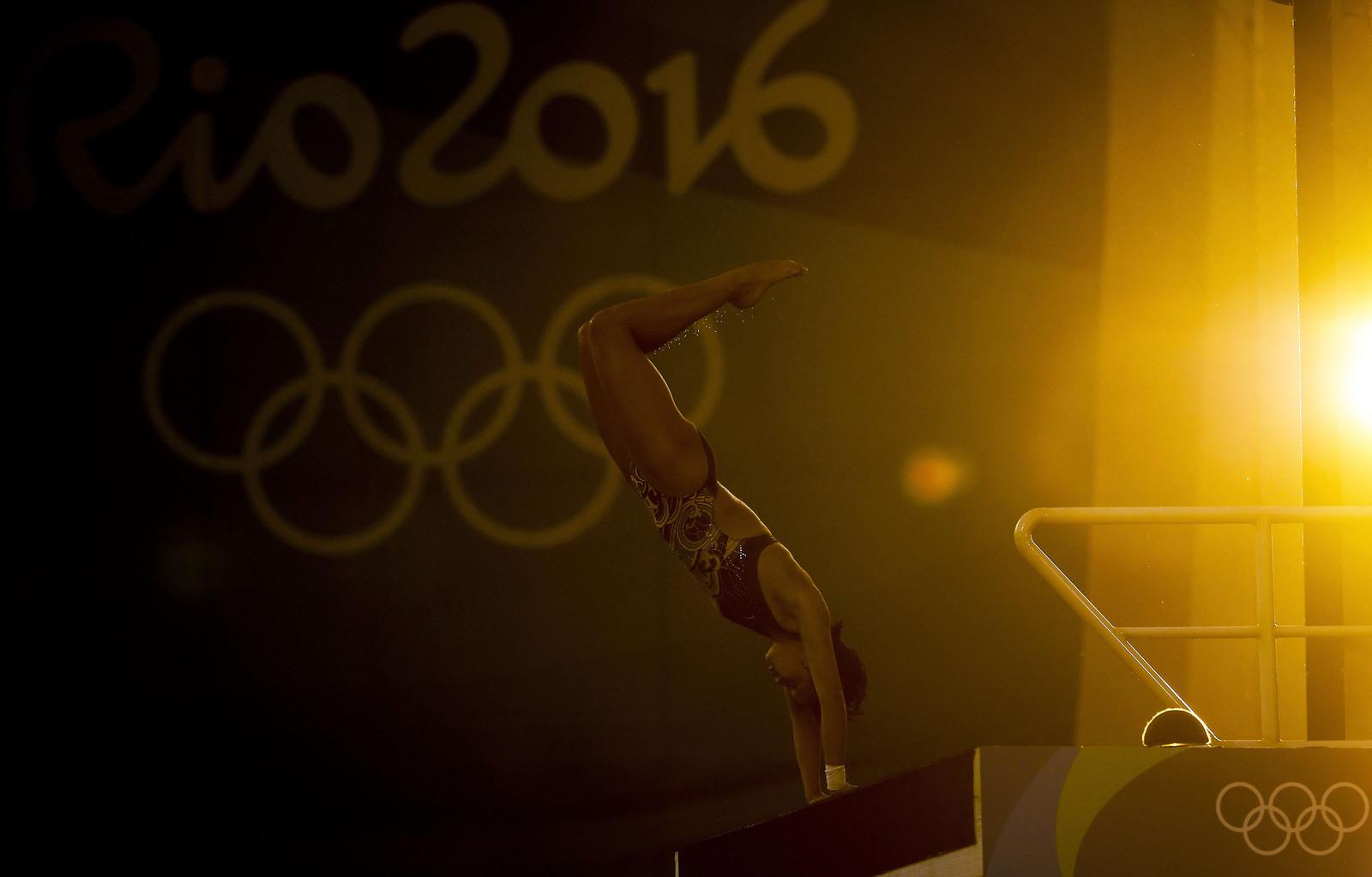 Рен Куан из Китая совершает свой прыжок в воду