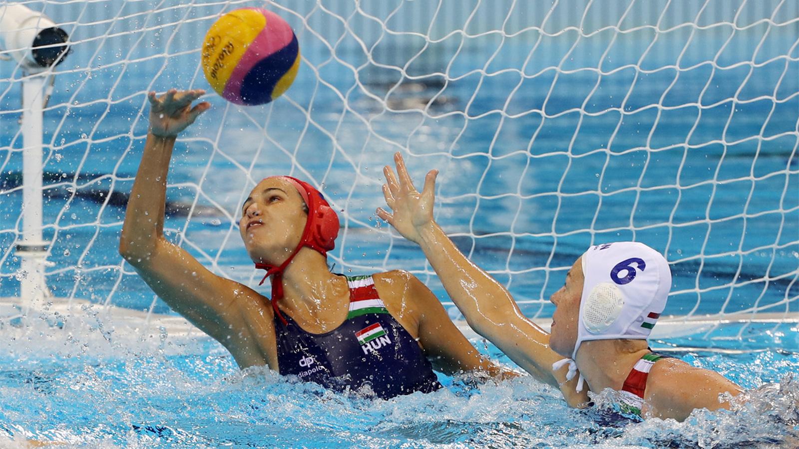 Российская ватерполистка Евгения Соловьева (справа) атакует ворота сборной Венгрии в матче за 3-е место