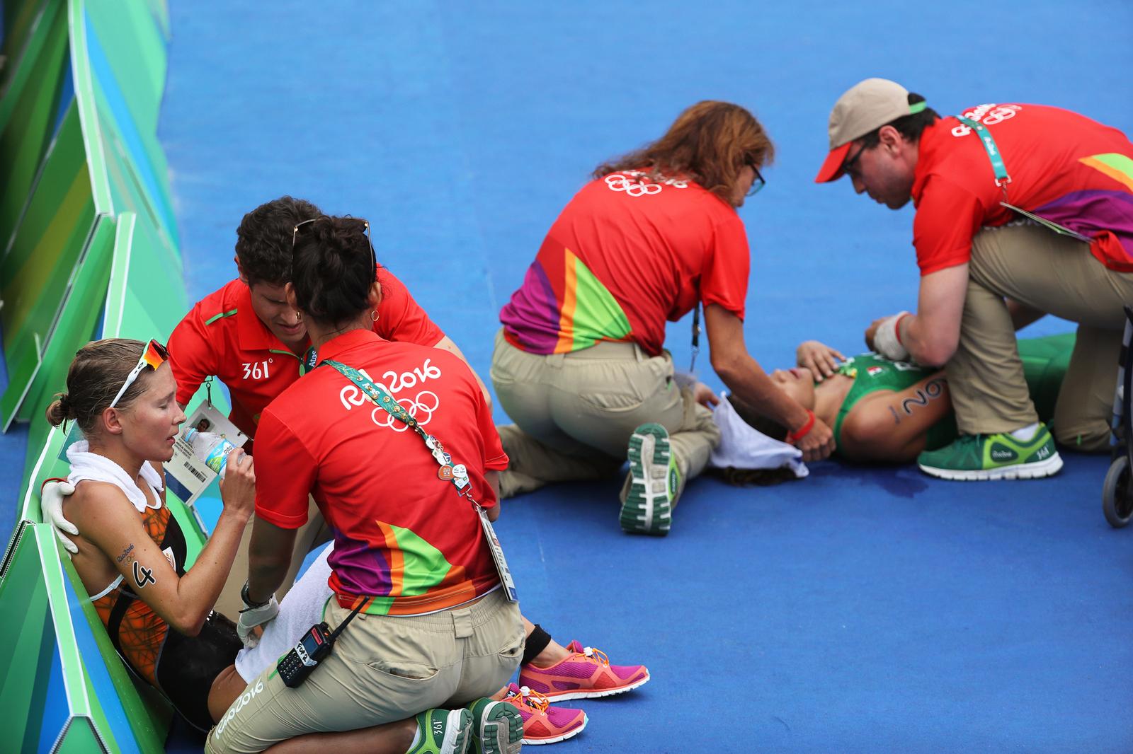 Медики оказывают помощь финишировавшим триатлонистам