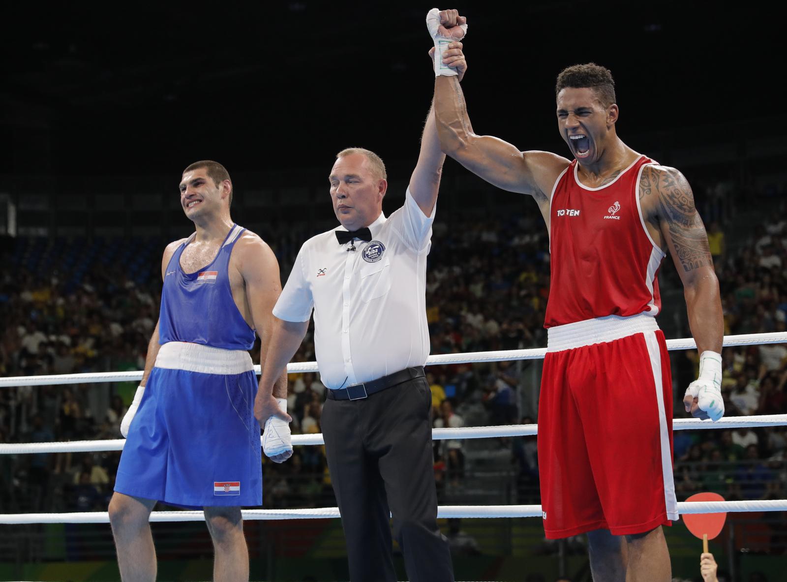 Заключительный олимпийский поединок выиграл французский боксер-тяжеловес Тони Йока