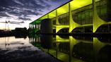 Рабочая резиденция президента Бразилии дворец Планалто по вечерам приобретает цвета национального флага страны