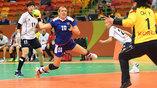 Россиянка Ольга Акопян атакует ворота корейской команды в матче на групповом этапе