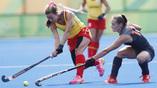Эпизод матча женских олимпийских сборных по хоккею на траве Испании и Голландии