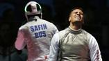 Британский рапирист Джеймс-Эндрю Дэвис (справа) разочарован после матча с россиянином Тимуром Сафиным