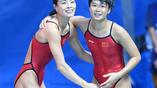 Китайские спортсменки У Минся и Ши Тинмао после победных синхронных прыжков в воду