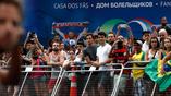 Зрители напротив Дома болельщика российской сборной