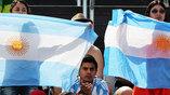 Аргентинские болельщицы поддерживают своих спортсменов на трибунах