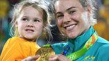 Олимпийская чемпионка по регби-7 Николь Бэк с дочерью Софией