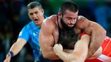 Россиянин Сергей Семенов (в красном) против грузинского атлета Якоба Каджая в греко-римской борьбе
