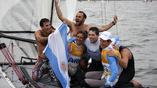 Аргентинский экипаж с болельщиками радуются победе в своем классе