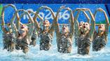 Сборная России уверенно лидирует в состязаниях по синхронному плаванию