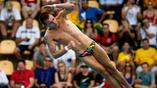 Россиянин Виктор Минибаев во время прыжка в воду