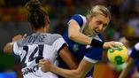 Российская гандболистка Ольга Акопян продавливает оборону француженок