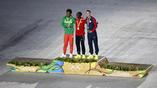 Традиционное награждение марафонцев после парада атлетов на закрытии олимпийских игр в Бразилии