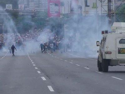 Безоружные против броневиков: тысячи людей митингуют в Каракасе