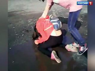 Видео женщины заставляют подруг пить мочу