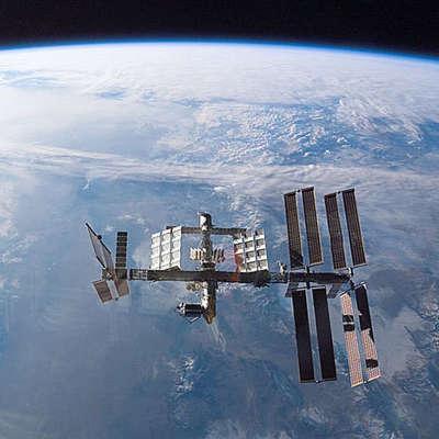 К работе на МКС приступают российские космонавты и американец
