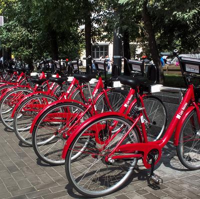 Москвичи этим летом смогут арендовать 150 велосипедов с электродвигателями