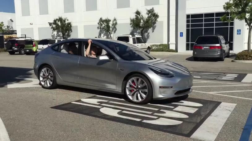 Китайцы смогли обмануть автопилот Tesla – и неоднократно!