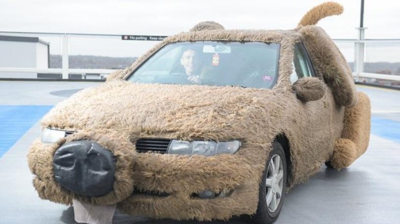 Британец превратил автомобиль в собаку, чтобы не возить свою девушку