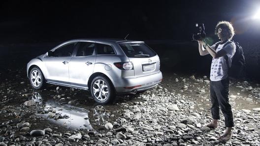 Обновленная Mazda CX-7 через видоискатель фотоаппарата