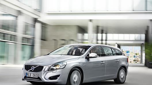 Гибридный Volvo V60 приехал в Россию