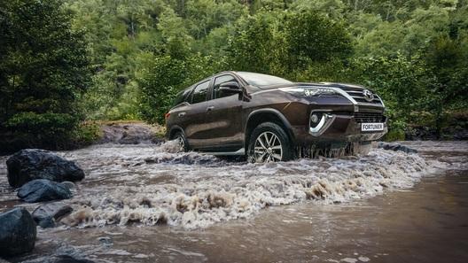 Toyota назвала российские цены внедорожника Fortuner