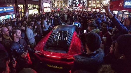 Русская студентка шокировала лондонцев Lamborghini, покрытым стразами Swarovski