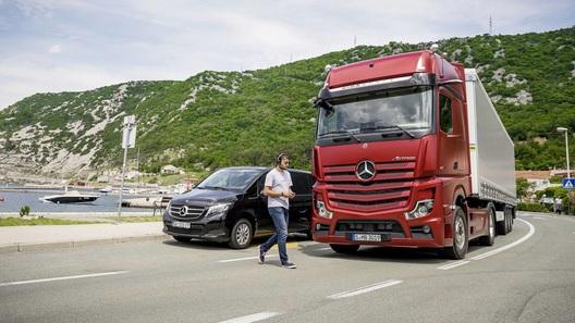 Сам рулит, сам тормозит: Mercedes-Benz готовит для России грузовик без зеркал