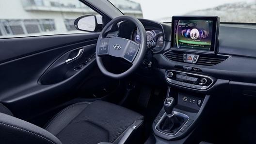 Hyundai внедряет трехмерный дисплей и огромные сенсоры на руле