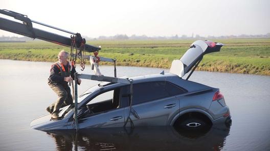 Новенький Audi за 17 млн рублей случайно утопили в болоте (фото)