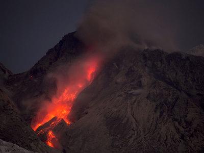 Камчатские вулканы выбросили мощные столбы пепла