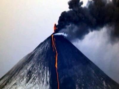 Пепел на 7,5 км: на Камчатке извергается вулкан Ключевской