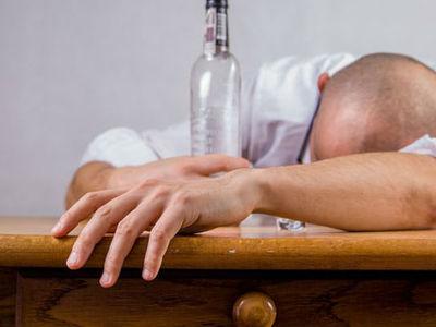 """Алкоголиков, разобравших """"железку"""" ликеро-водочного завода, наказали"""