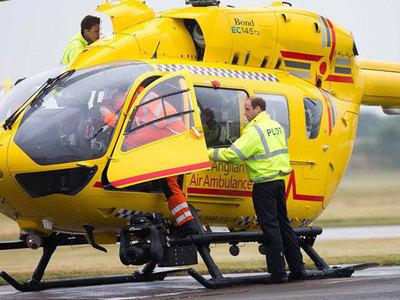 Принц Уильям в последний день работы пилотом вертолета спас женщину
