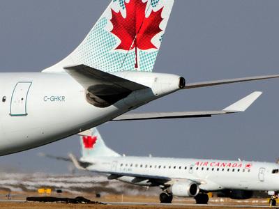 В Торонто самолет с пассажирами выкатился за взлетку