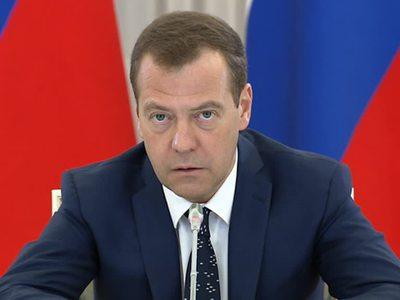 Медведев призвал не повторять ошибок 90-х